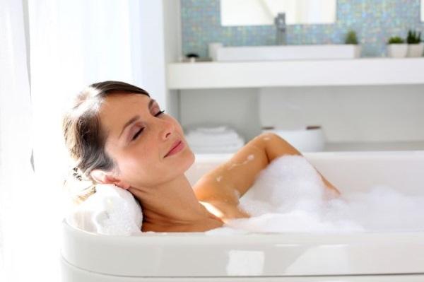 Приём горячей ванны для вызова месячных