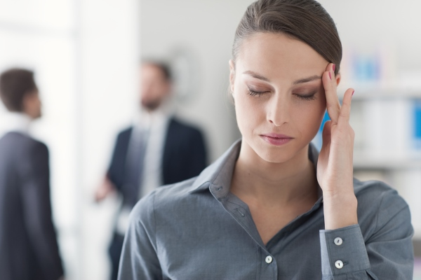 Болит голова в висках: симптомы, причины, лечение
