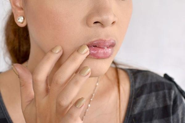 Смазывание губ заживляющим кремом