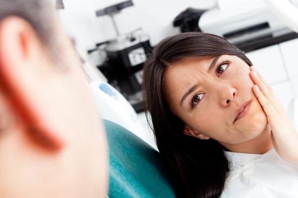 Начинает болеть зуб когда начинаешь жевать