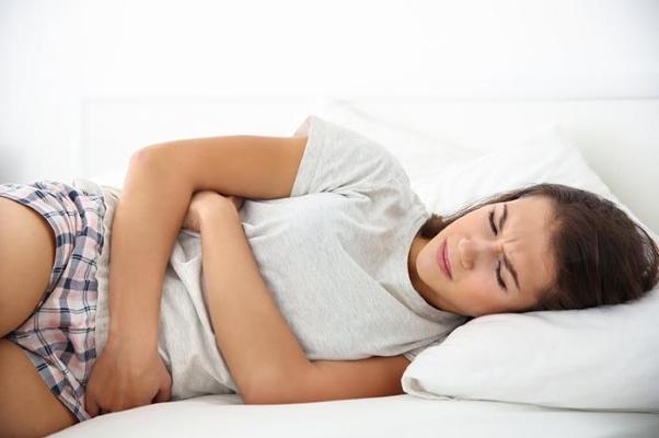 Почему болит живот перед месячными? Что делать?