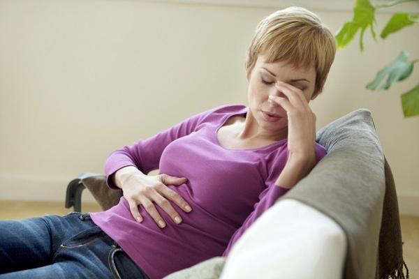 Почему болит живот при месячных и как избавиться от боли?