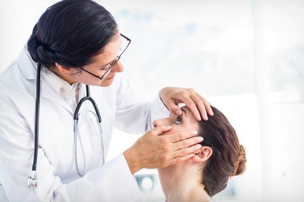 Доктор рассматривает глаза пациентки