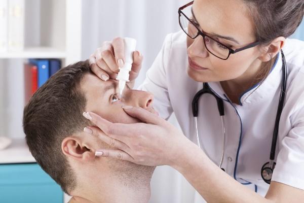 Доктор закапывает глаза пациенту