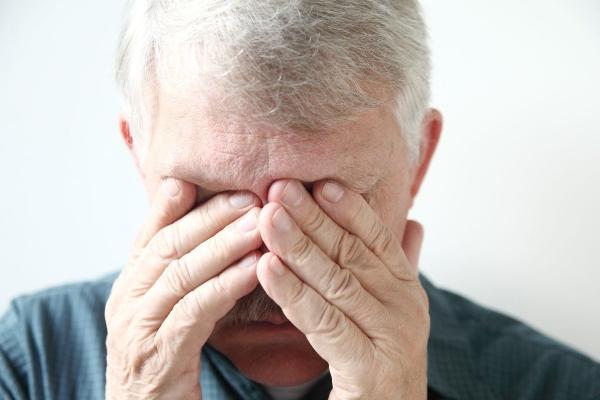 Мужчина закрывает глаза руками